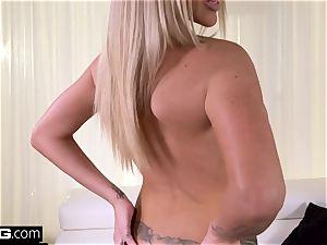 Rachele Richey luvs to flash her massive titties in public