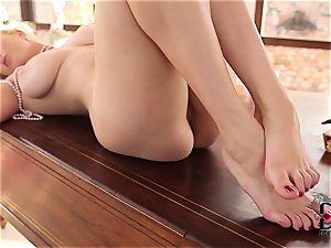 foot fetish stunner taunts her feet and flange