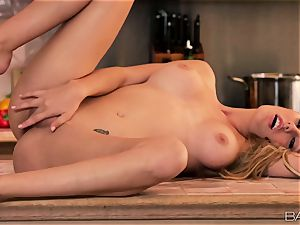 Brett Rossi likes food and snatch joy in the kitchen